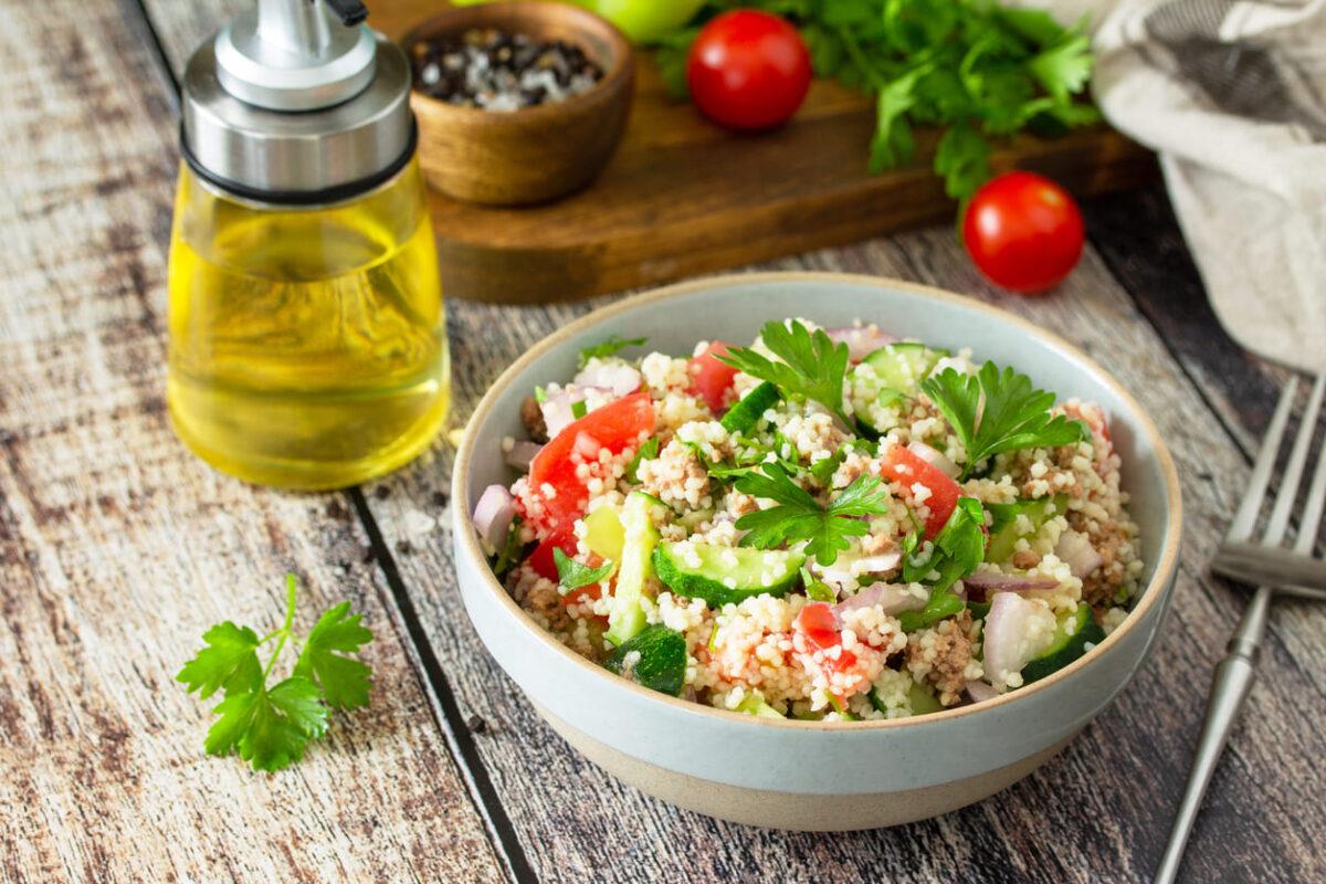 Insalata di quinoa, tonno e curcuma