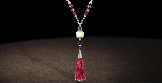 Chaumet.fr- Collier con opale bianco realizzato in platino e perle