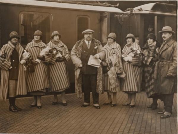 Anonimo, 1925, Lo stilista Paul Poiret e le sue modelle © Galliera/Roger-Viollet