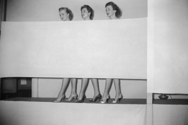 Anonimo, 1954, presentazione di calzatura da donna © Roger-Viollet