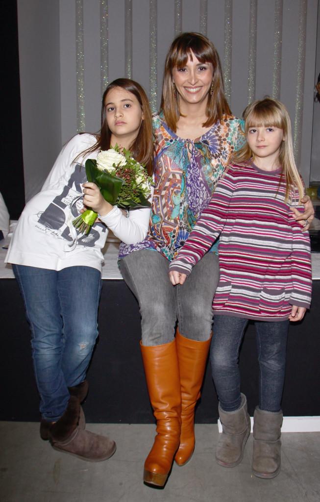 Sorride Benedetta Parodi, mamma felice di Eleonora e Matilde e Diego, con lei nella foto le due primogenite