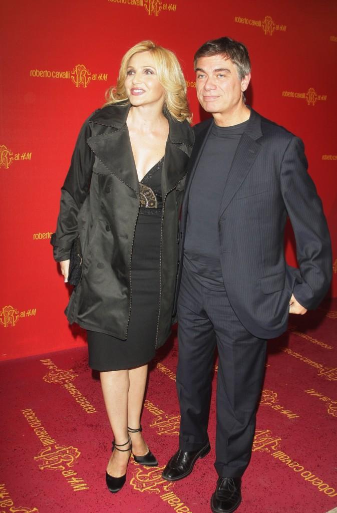 Insieme da moltissimi anni Lorella Cuccarini ed il marito Silvio Testi hanno quattro figli: Chiara, Giovanni, e i gemelli Sara e Giorgio