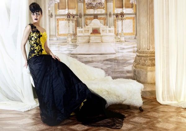Un'audace sovrapposizione di giallo e nero per la sposta di Jordi Dalmau (modello Abigail)