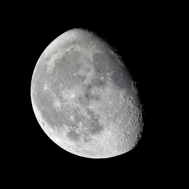 La fase della luna crescente raggiunge il culmine durante la luna piena quando il satellite mostra la superficie completamente illuminata