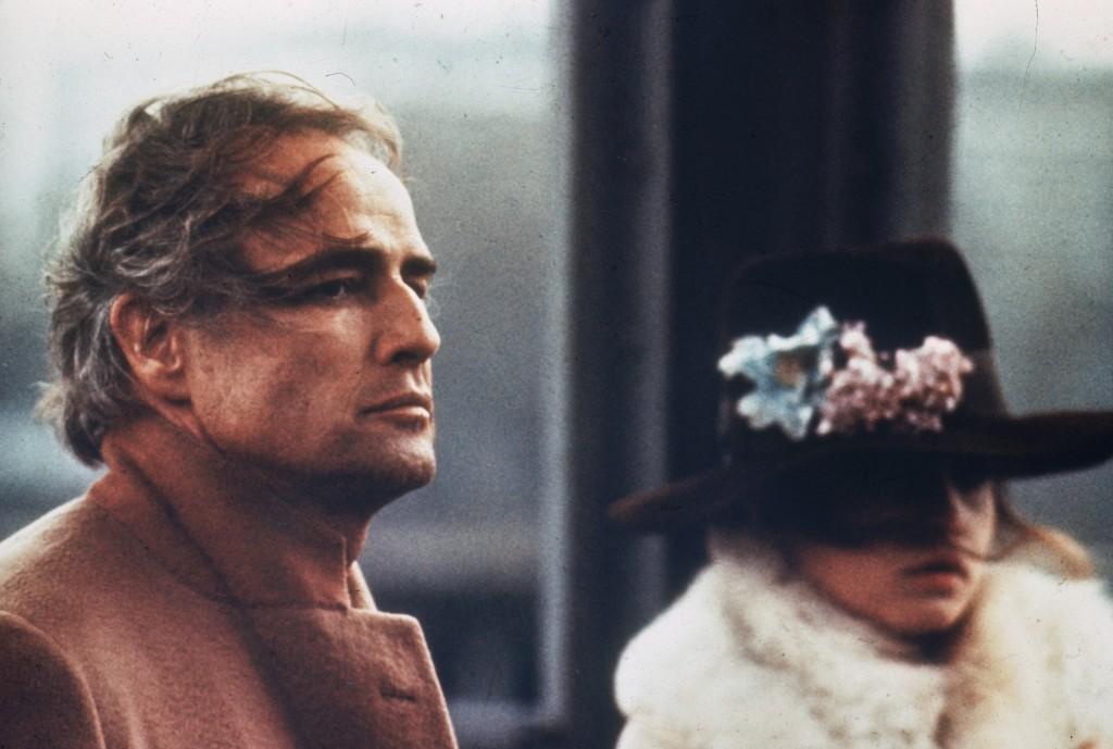 Il tenebroso Marlon Brando qui sul set di Ultimo tango a Parigi, con Maria Schneider