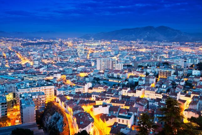 Vista aerea della città di notte e delle sue mille luci.