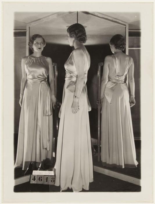 Anonimo, 1933, abito da sera di Madeleine Vionnet © Galliera/Roger-Viollet.